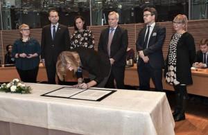 Kaikki eduskuntapuolueet allekirjoittivat rasismin vastaisen peruskirjan. Kuva allekirjoitustilaisuudesta.