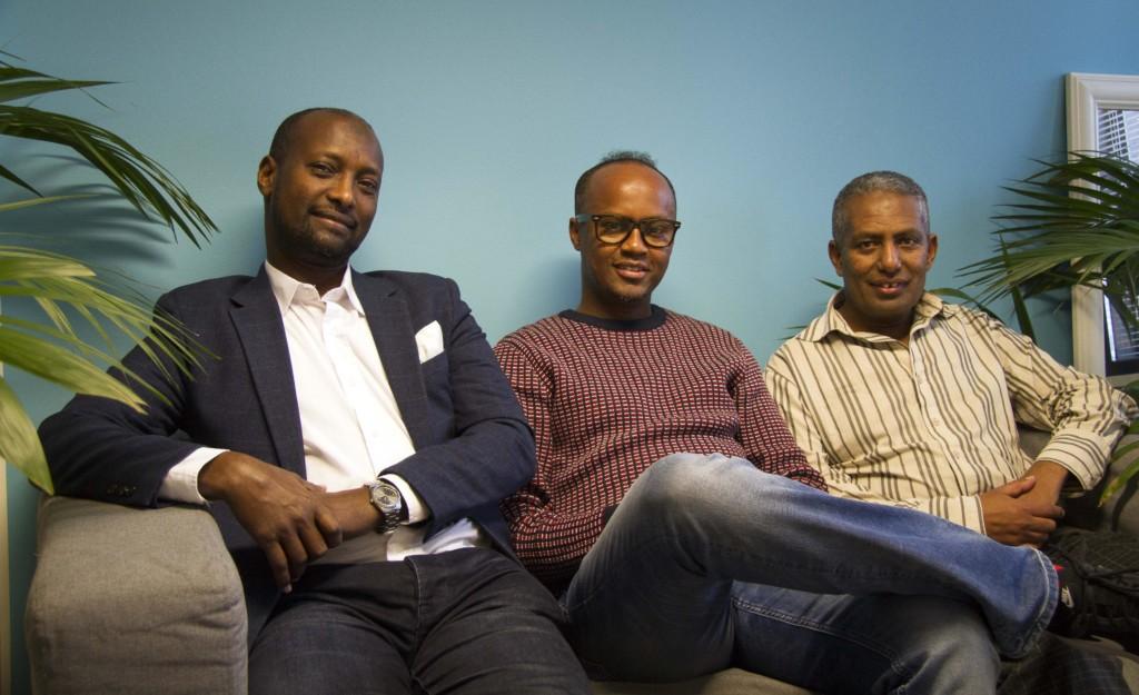 Said, Husu ja Dereje istuvat vierekkäin Ihmisoikeusliitossa sohvalla.