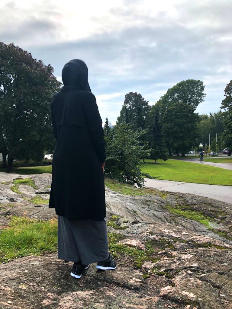 nainen puistossa